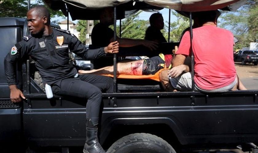 Vítima de tiroteio é regastada pelo exército da Costa do Marfim. (Foto: Reuters)