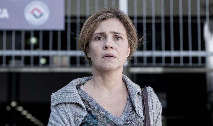 """Adriana Esteves irá interpretar no filme nacional """"Mundo Cão"""" a personagem Dilza, que é evangélica, casada e mãe de dois filhos. (Imagem: Reprodução / Youtube)"""