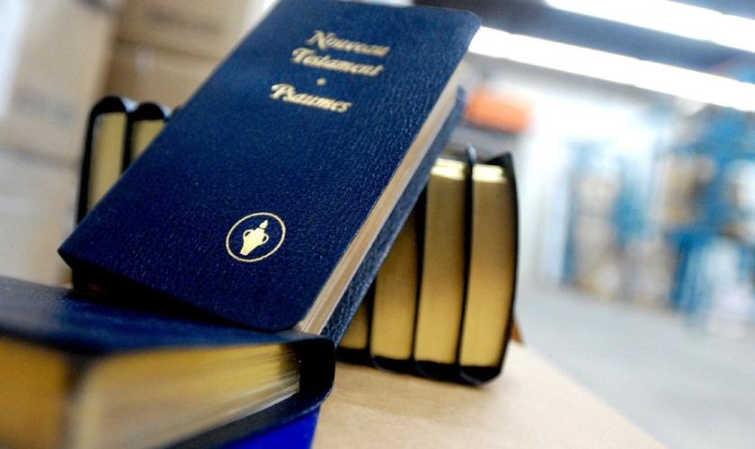 Os Gideões passaram a modificar sua abordagem, entregando os textos sagrados nas ruas das escolas. (Foto: Darren Calabrese/ Guelph Mercury)