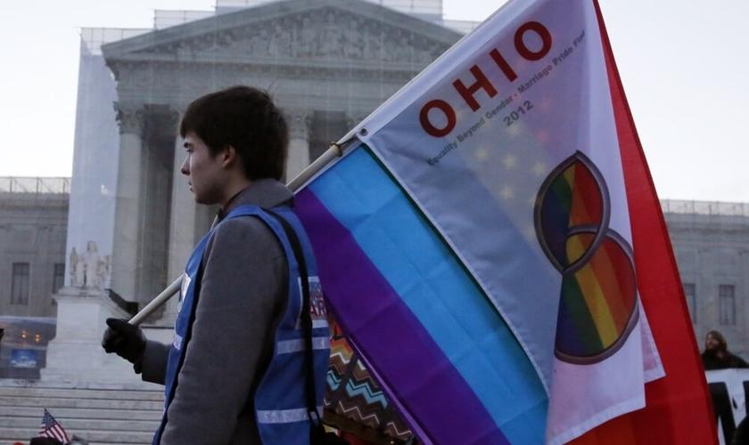 Rapaz carrega bandeira, durante manifestação a favor do casamento gay, em Ohio. (Foto: Reuters)