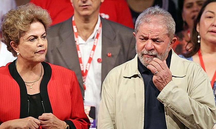 Dilma e Lula estiveram no foco das manchetes nesta quarta-feira, 16, devido à divulgação de uma gravação sobre o termo de posse do ex-presidente para sua nomeação a ministro da Casa Civil (Foto: Ernesto Rodrigues / Folhapress)