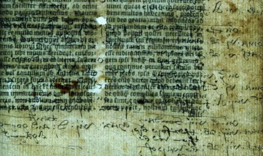 Anotações ocultas se misturam ao texto bíblico em uma Bíblia Latina de 1535. Imagem: Biblioteca Lambeth Palace