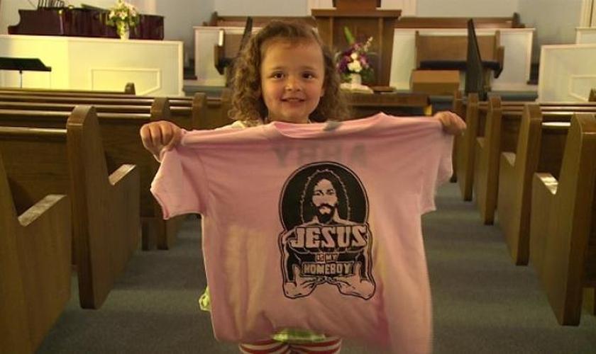 """""""Jesus é meu melhor amigo"""", diz estampa da camiseta temática de Abby. (Foto: Reprodução/Local 8)"""