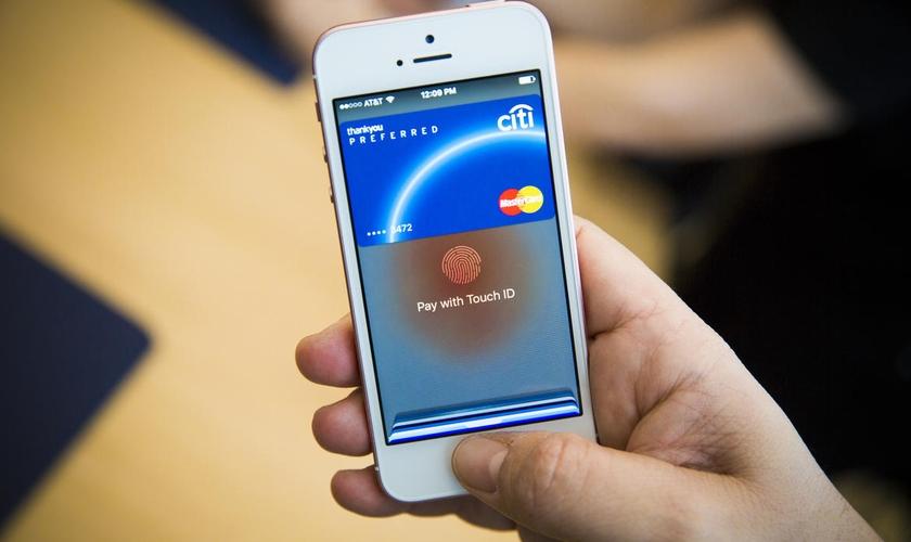 O iPhone SE apresenta uma tela de apenas 4 polegadas, mas com um sistema tão poderoso quanto um iPhone 6s. (Foto: Reprodução/Cnet)
