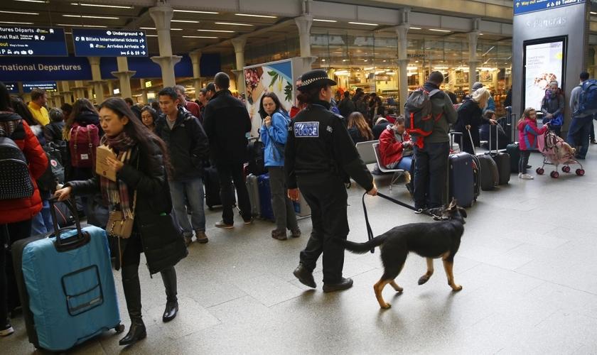 Policial passeia com cão farejador por estação de trem em Bruxelas. (Foto: Reuters)
