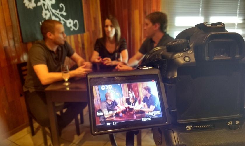 """Felipe Seroque em entrevista com Alessandra e Ériko, proprietários da cozinha oriental Wasabi, para o programa da Web TV """"Empreendendo com Sucesso"""". (Foto: Divulgação/Chegou a Hora Brasil)"""