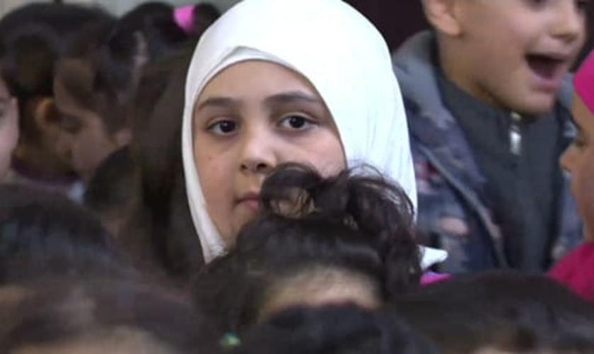 """""""87 milhões de crianças pelo mundo estão tão habituadas com o cenário de guerra"""". (Foto: Reprodução)."""