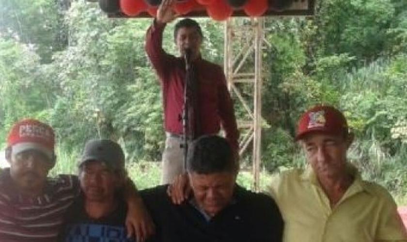 Pastor João Bispo ora pelos necessitados, enquanto os recebe em sua festa de aniversário. (Foto: Reprodução)