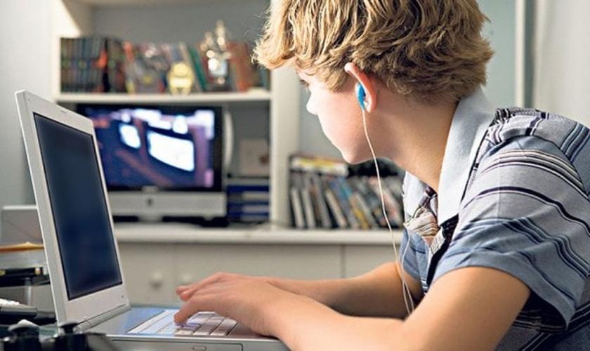 Adolescente usa computador em seu quarto. (Foto: Infobae)