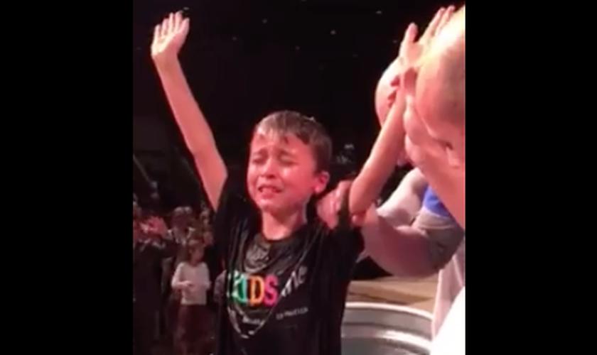 Levi, de apenas 8 anos, levantou suas mãos e começou a orar, em um profundo momento de gratidão a Deus. (Foto: Reprodução/Facebook/Buffie Dumas)