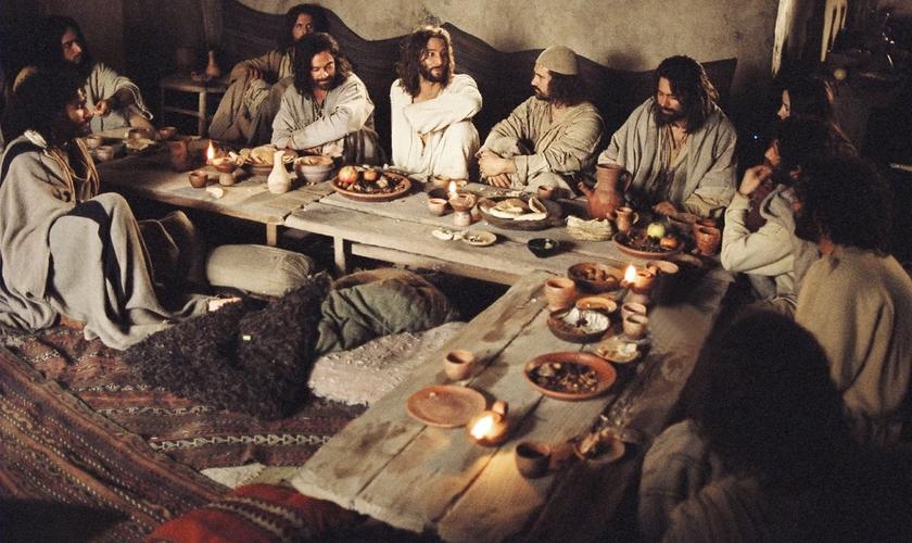 Naquele tempo, na Palestina, a comida era colocada em mesas baixas, e os convidados comiam sentados em almofadas no chão e tapetes. (Foto: Reprodução)