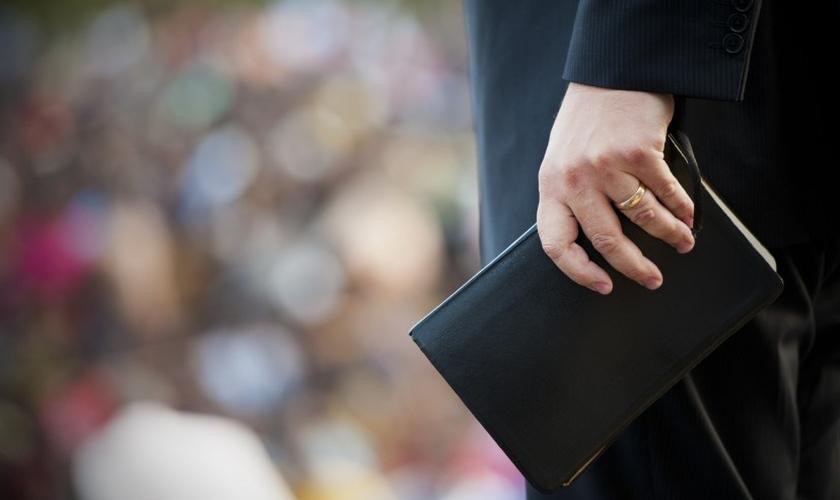 Seja um político, um pregador, um motorista de caminhão ou um professor, todos podem ter suas vidas transformadas de forma positiva pela Palavra de Deus. (Foto: Reprodução)