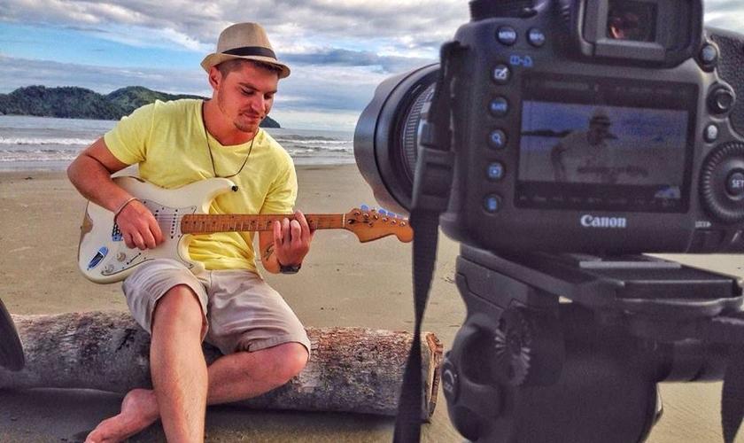 """Durante seu período na clínica de reabilitação, Leandro começou a compor canções que estão no CD """"A história da minha vida"""". (Foto: Reprodução/Facebook)."""