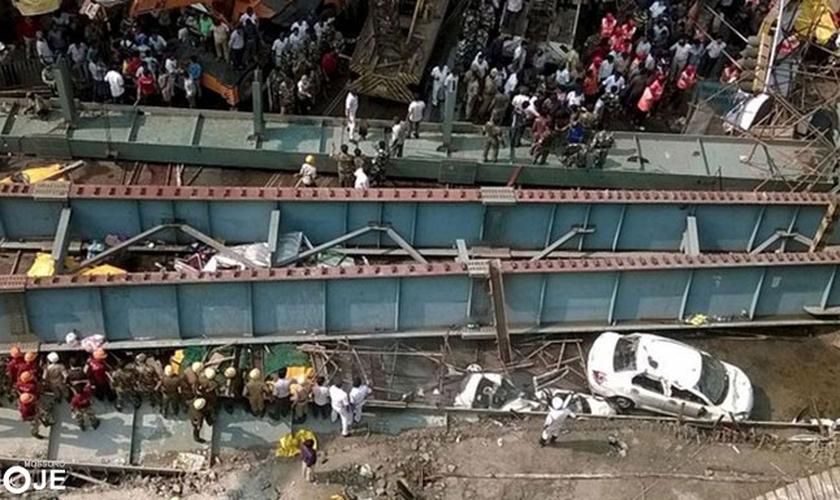 Acredita-se que pelo menos 100 pessoas ainda estejam presas sob os escombros, muitas delas com ferimentos graves.