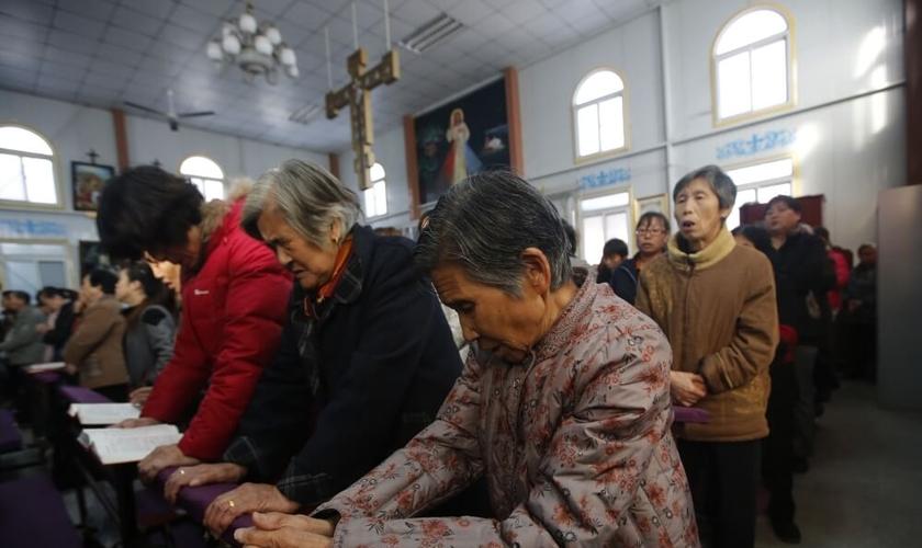 Cristãos celebram missa em uma igreja católica subterrânea na China. (Foto: Reuters)