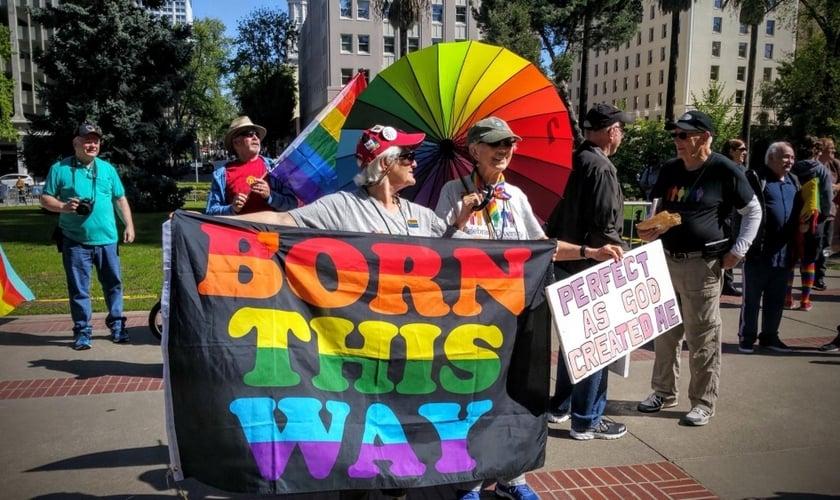 Manifestantes pró-LGBT protestam em frente à vigília realizada pelo pastor Franklin Graham, em Sacramento, Califórnia / EUA. (Foto: Facebook)