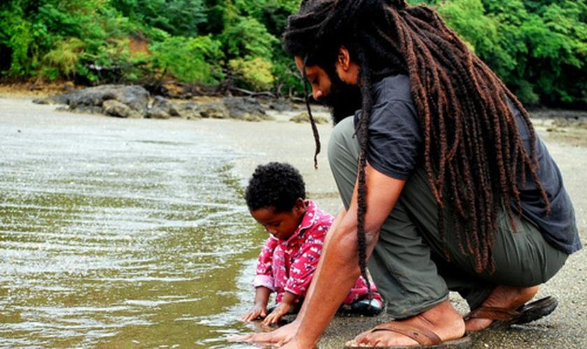 Prendergast nasceu e cresceu na Jamaica, mas decidiu abandonar a tradicional crença rastafari. (Foto: Reprodução)