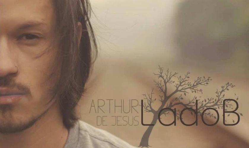 Arthur nasceu em São Paulo e aos seis anos se apaixonou pela música ao ganhar um violão usado. (Foto: Divulgação).