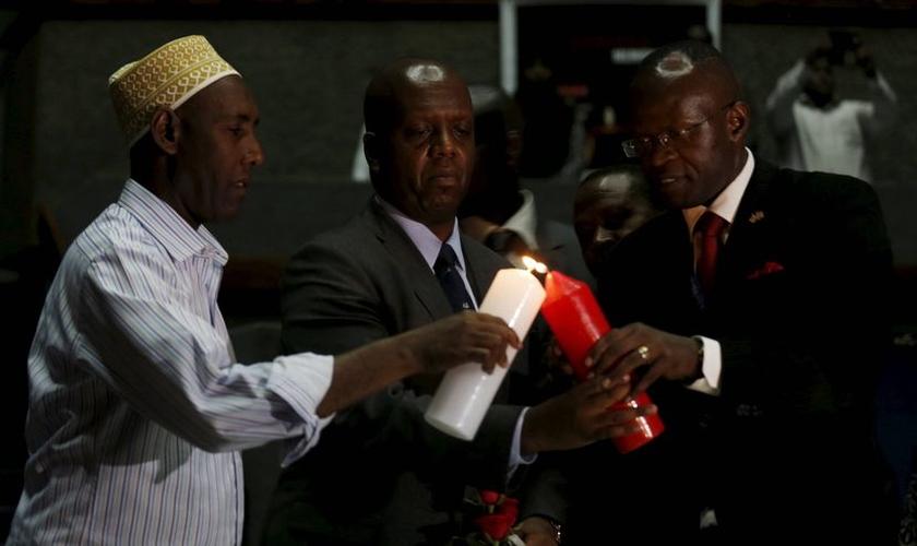 Diretor do Centro de Combate ao Terrorismo no Quênia acende vela em homenagem às vítimas do massacre em Garissa. (Imagem: Reuters)
