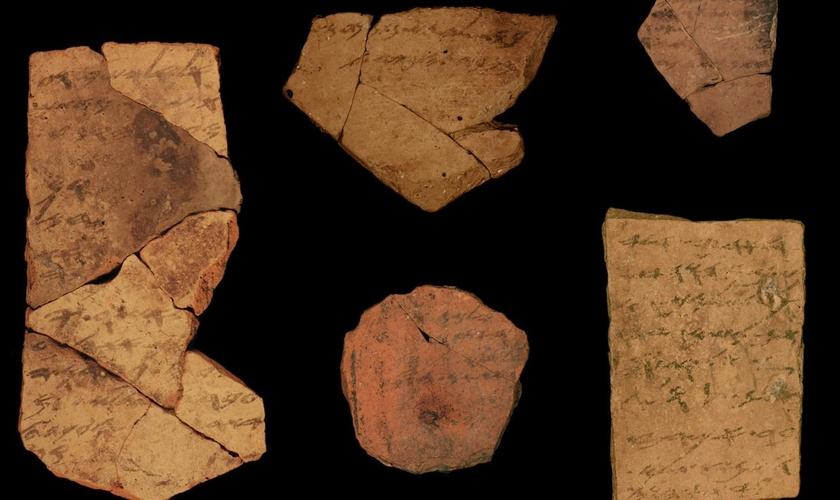 Manuscritos feitos sobre fragmentos de cerâmica, datados por volta de 600 a.C., foram encontrado na fortaleza de Tel Arad, em 1970. (Foto: Michael Cordonsky/Israel Antiquities Authority)