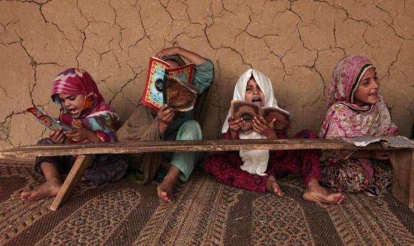 Garotas paquistanesas leem livros com versos do Corão em uma 'Madrasa' ou escola religiosa. (Foto: Reuters)