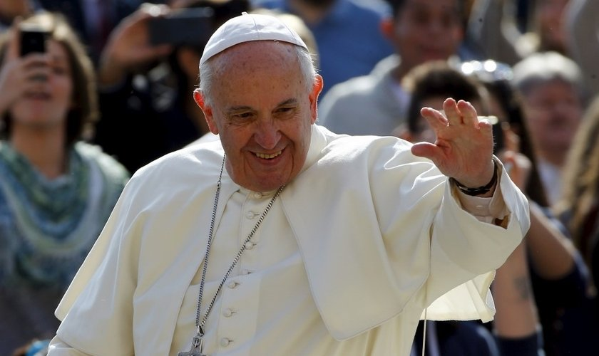 Papa Francisco acena para o povo durante sua chegada à Pração de São Pedro, no Vaticano. (Foto: Reuters)