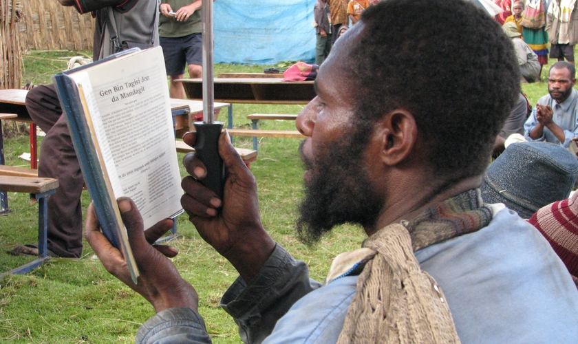 Morador de Papua Nova Guiné lê a Bíblia. (Foto: Joy Ellen)