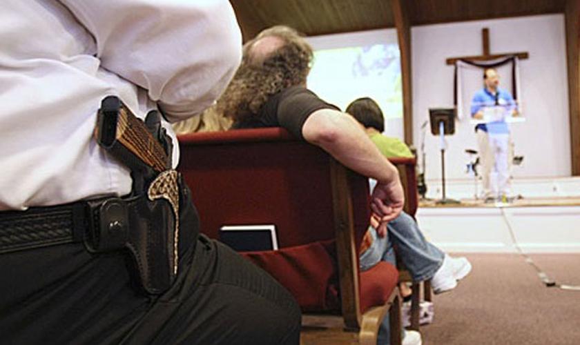 Cidadão mantém arma de fogo em seu coldre durante culto, nos EUA. (Foto: Religion News Service)