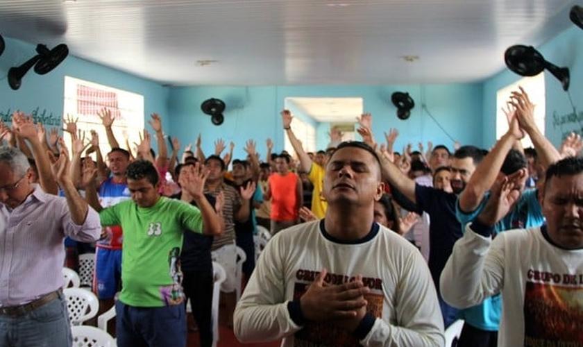 Cerca de 50 pessoas, entre detentos e familiares, participaram do culto. (Foto: Rickardo Marques/G1 AM)