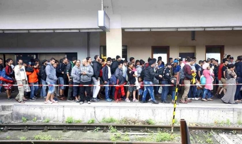 Refugiados caminham por uma plataforma, após desembarcarem de um trem em Viena / Áustria. (Foto: Reuters)
