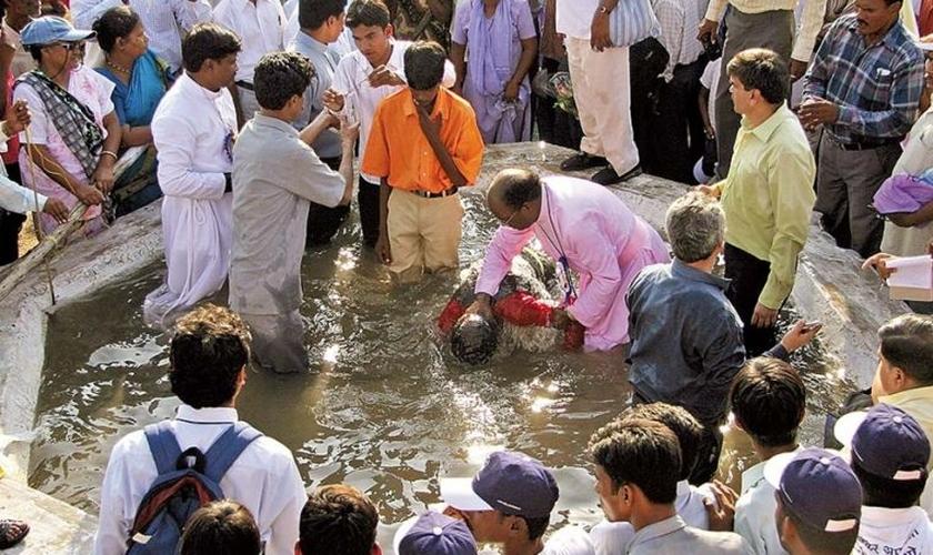 Ministro cristão batiza novos convertidos em Nagpur, na Índia. (Foto: Reuters)