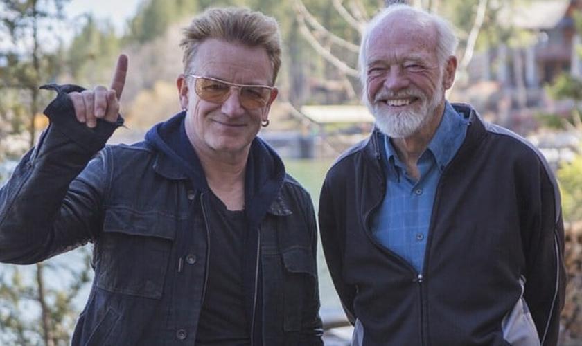 Bono Vox (à esquerda) e Eugene Peterson (à direita) posam para foto durante filmagens do novo projeto. (Foto: Divulgação)