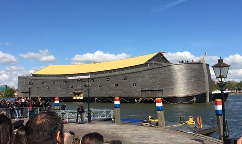 O navio pesa cerca de 2.500 toneladas, mede 95 pés por 75,5 pés de altura e 410 pés de comprimento. (Foto: Divulgação).