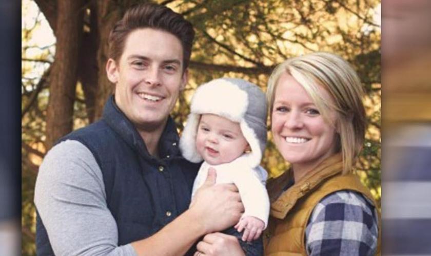 Pastor Davey Blackburn e sua esposa Amanda, com o filho. (Foto: ABC 11)