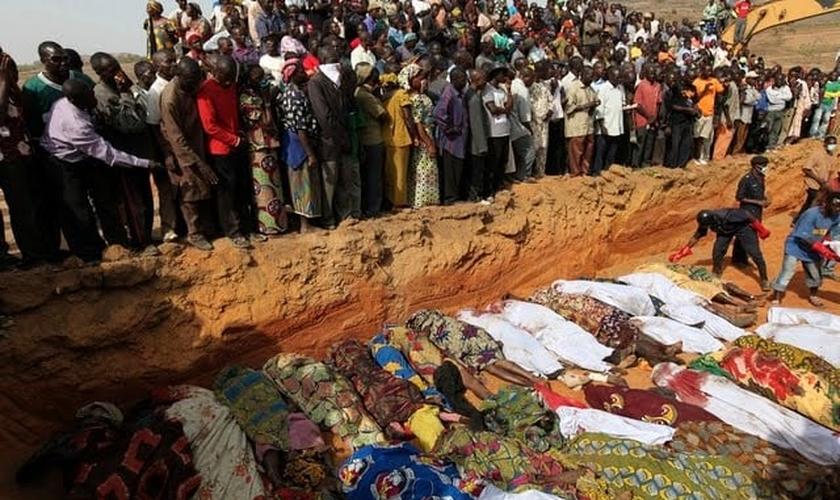 Imagem de vítimas de massacre anteriormente realizado pelos pastores Fulani. (Foto: reuters)