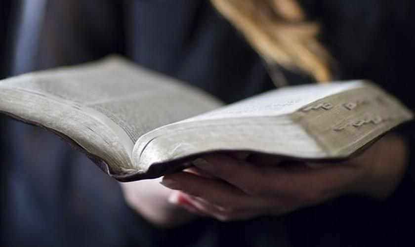 Najima era uma muçulmana fiel, até se deparar com um pedaço de papel que continha um trecho da Bíblia. (Foto: Reprodução)