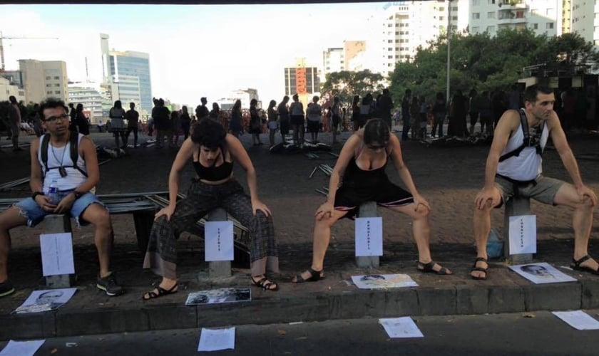 Manifestantes cospem, urinam e até defecam em fotos de políticas que consideram 'conservadores' ou 'facistas' na Avenida Paulista. (Imagem: Youtube / Reprodução)