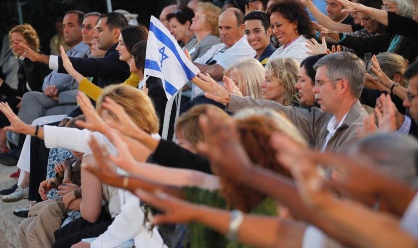 Evangélicos são clicados orando por Israel, em Jerusalém. (Foto: Tomer Appelbaum)