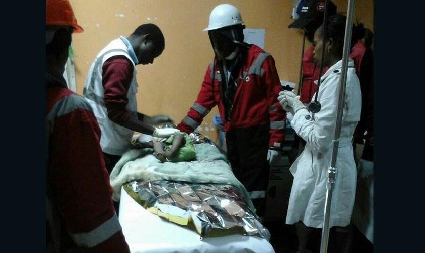 Bebê recebe tratamento médico, após ser resgatada de um desabamento em Nairóbi. (Foto: CNN)