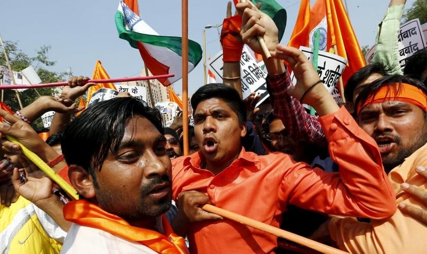 Ativistas hindus durante protesto em Nova Deli, na Índia, no dia 24 de fevereiro de 2016. (Foto: Reuters / Adnan Abidi)