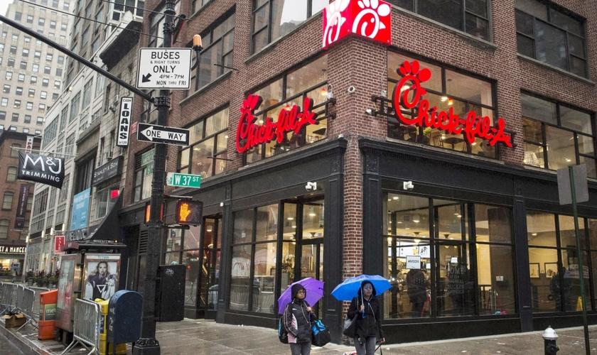 Pedestres passam em frente a uma das lojas da rede Chick-Fil-A, em MidTown, Nova York. (Foto: Reuters)