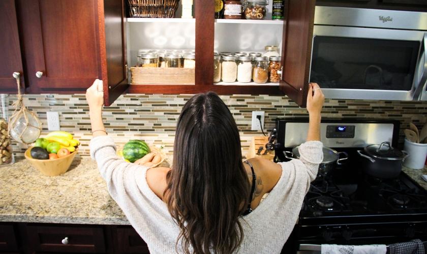 Para saber equilibrar as refeições, as nutricionistas Yareri Sandoval e Elizabeth Foz propõem oito produtos básicos. (Foto: Reprodução)