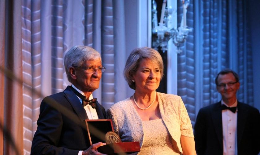 Armando Valladares (esquerda) e sua esposa Martha (direita), durante o recebimento do prêmio Medalha de Canterbury, pela perseguição religiosa que sofreu por 22 anos em Cuba. (Foto: Christian Post)