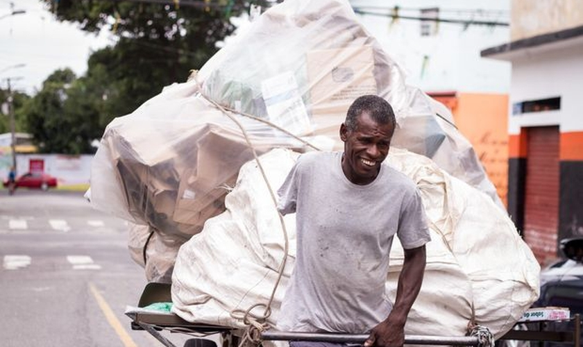 Durante a semana, Ezequiel trabalha como catador de lixo para reciclagem. (Foto: Jessica Costa/Folhapress)