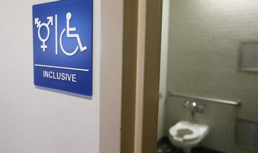Placa indica acesso a 'banheiro inclusivo' nos Estados Unidos. (Foto: Reuters)