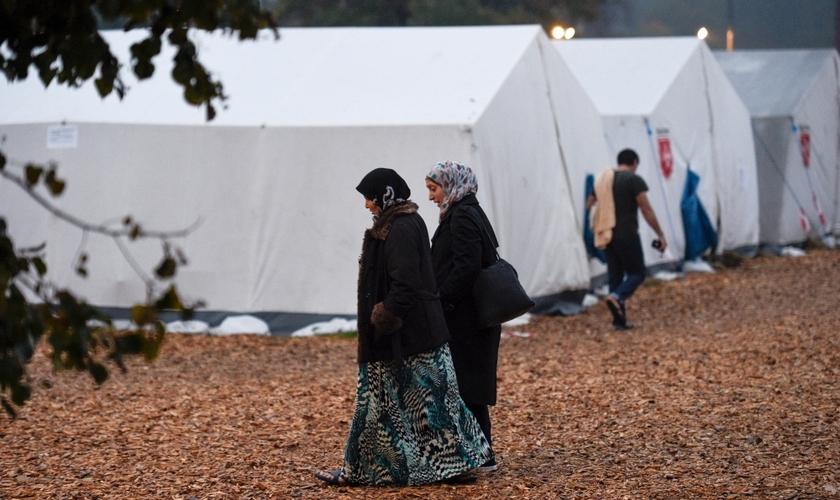Mulheres caminham por um campo de refugiados, no distrito de Celle, Alemanha. (Foto: Reuters)