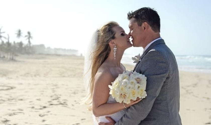 Deborah e o noivo, Danny, celebraram a união em um resort em Punta Cana. (Foto: Ocean Photo Studio/Divulgação)