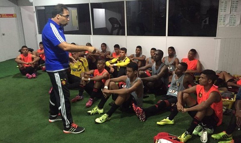 Técnico Júnior Câmara dá Palavra de encorajamento aos jogadores, antes de partida. (Foto: Twitter)