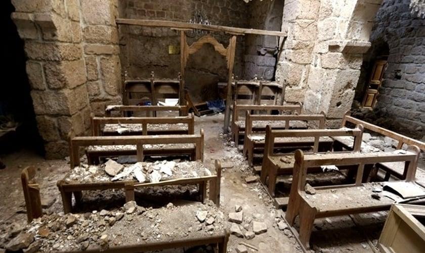 Interior de igreja destruída em Maaloula. (Foto: Daily Star)
