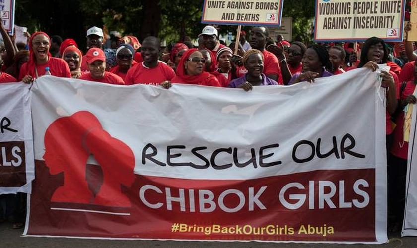 Famílias de Chibok protestam, pedindo que o governo nigeriano resgate suas filhas do domínio do Boko Haram. (Foto: Daily Maverick)